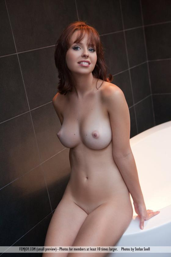 Linda Ruiva Gostosa E Peituda Nua No Banheiro