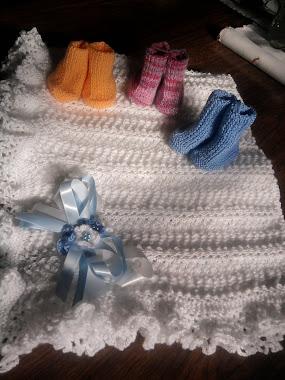 Manta com sapatinhos em tricô