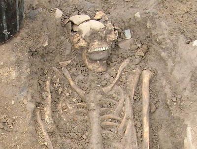 vampires - Vampires irlandais ? Squelette_avec_pierre_dans_la_bouche