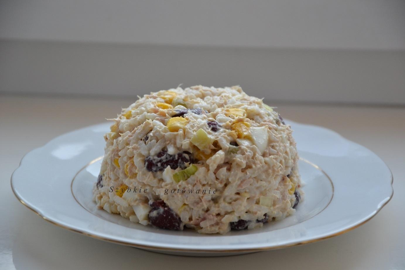 Sałatka imprezowa z tuńczykiem, kukurydzą, fasolą i ryżem