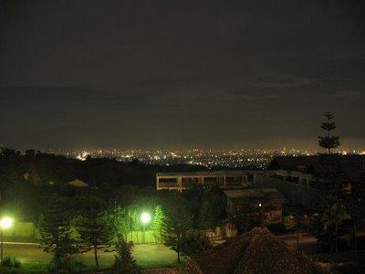 pemandangan malam kota bandung dari atas gunung