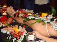 anda benar sekali menu menu sushi di restoran ini disuguhkan di atas