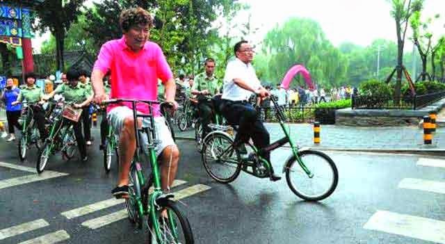 orang bersepeda santai