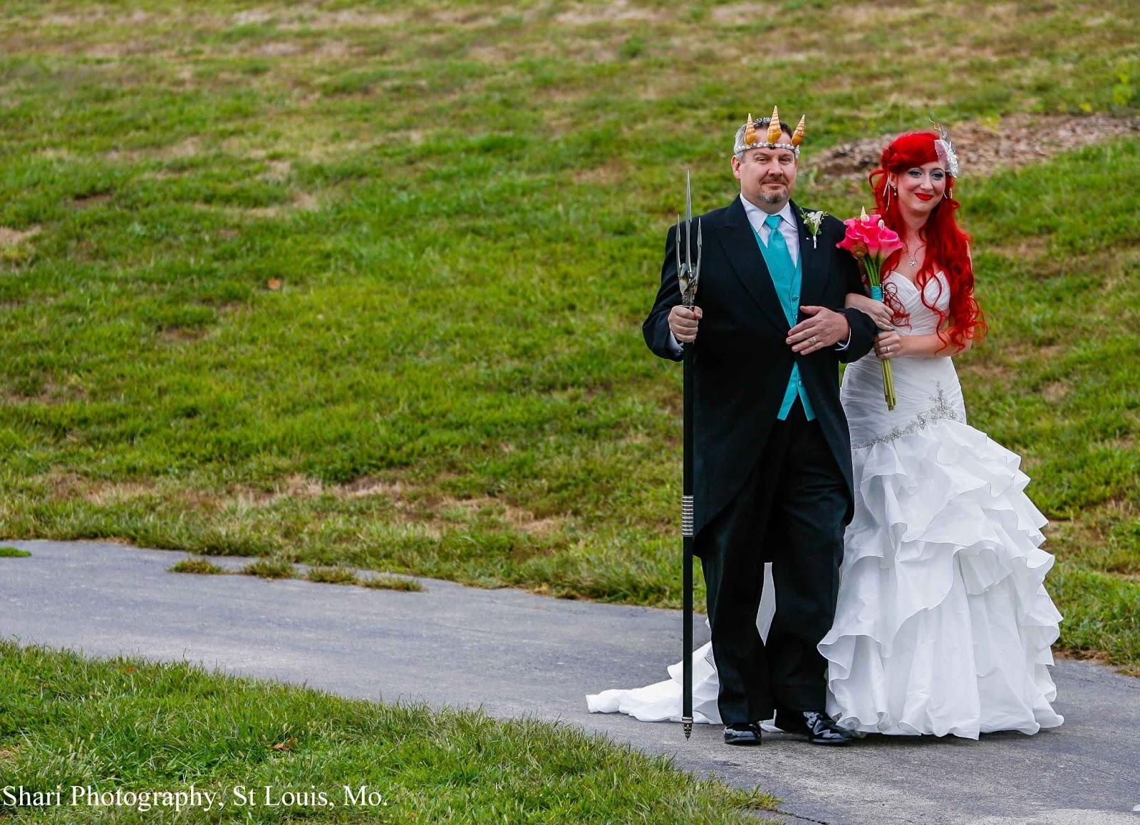 Смотреть лисбиянки невеста и ее подружка перед алтарем тоже лисбиянка 30 фотография