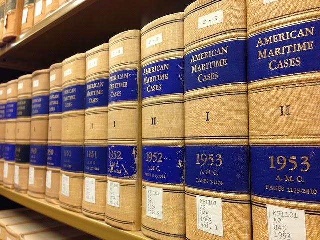 Libros de Derecho con casos