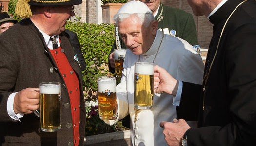 Benedicto XVI celebra cumpleaños con cerveza