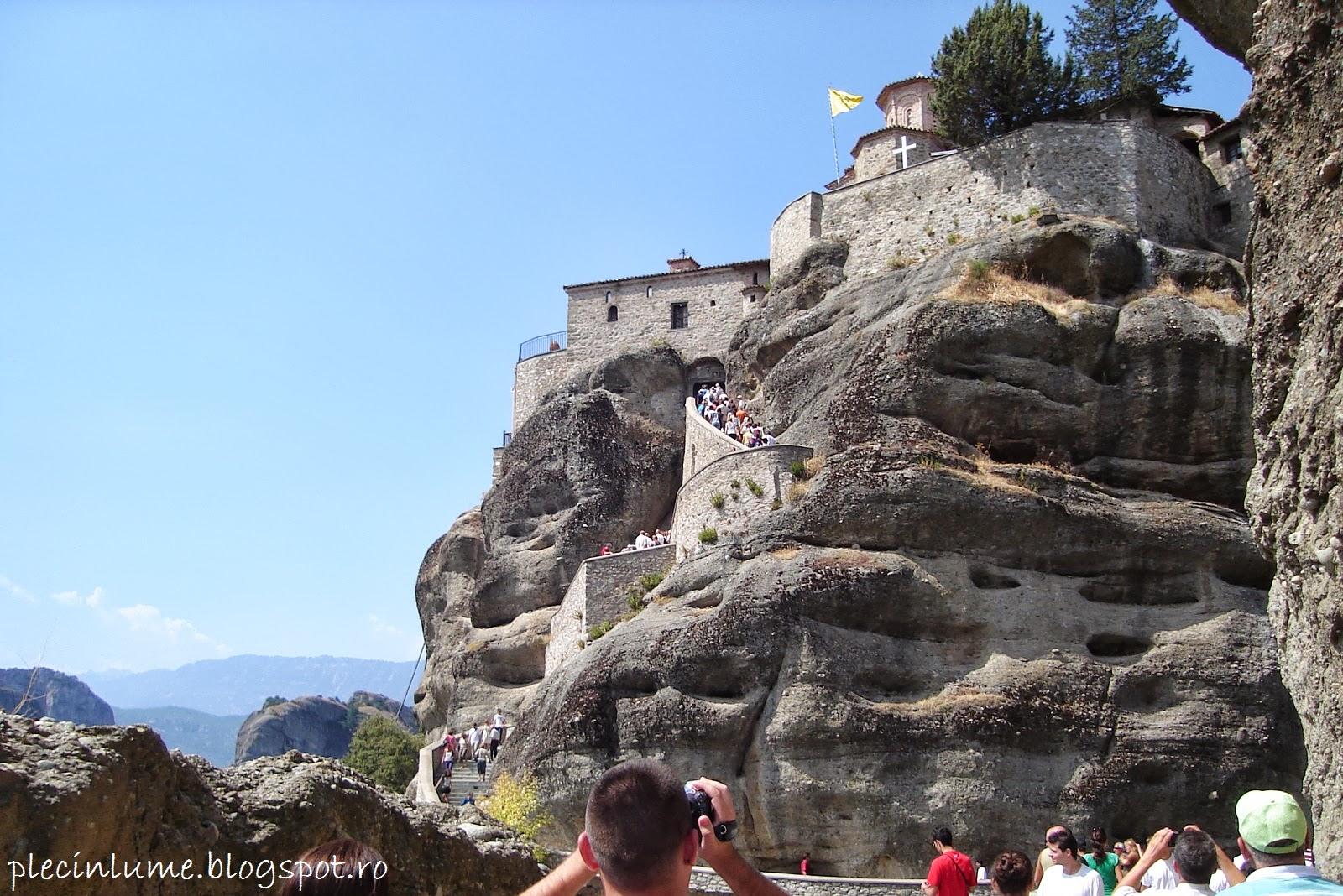 Manastire construita pe stanci