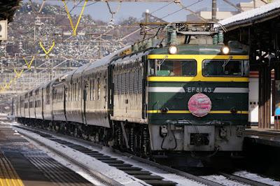 芦原温泉駅を通過するトワイライトエクスプレス