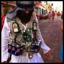 Hombre con bebidas atadas al pecho.