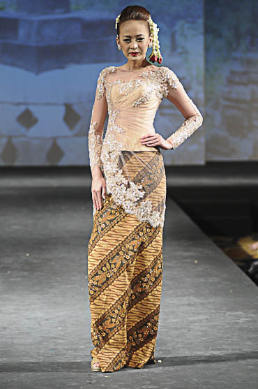 Model Baju Batik Rancangan Ivan Gunawan Black Hairstyle