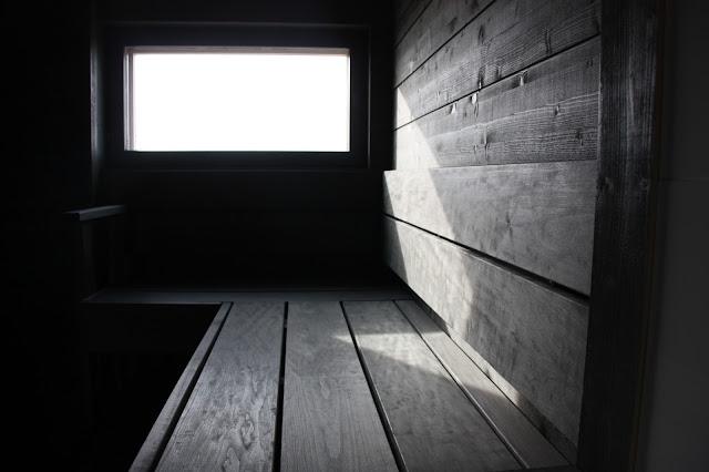 Puuta ja kiveä blogin saunasta haluttiin harmaa ja modernin savusaunamainen.