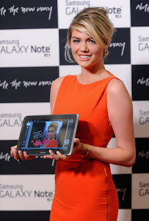 Kate Upton with Samsung Galaxy Note 10.1 in her hands