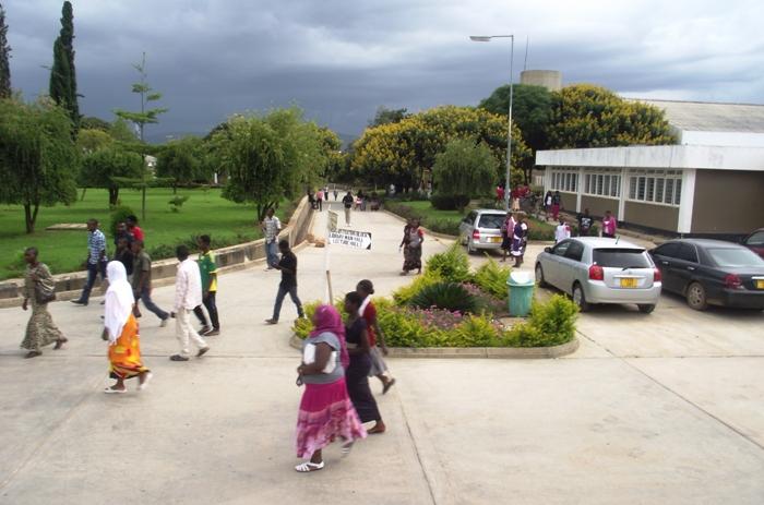 Wanafunzi wakiwa katika viwanja vya chuo kikuu cha RUCO mkoani Iringa.
