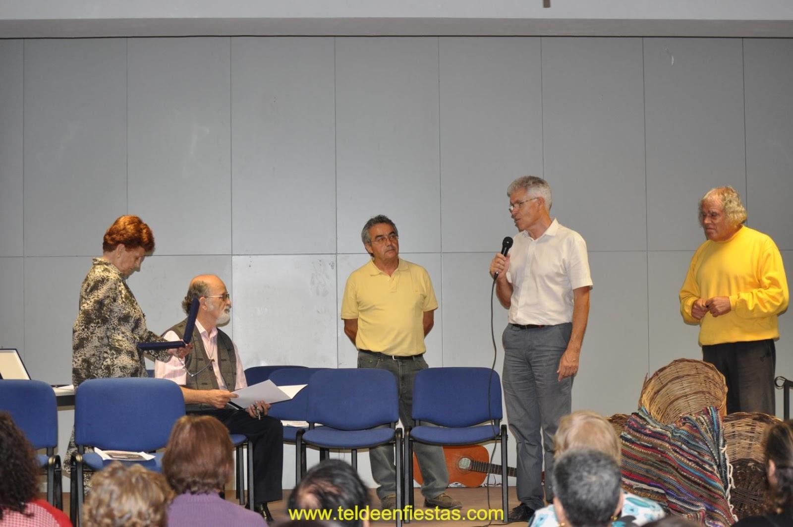 Momento del homenaje a don jose pèrez medina don francìsco navarro