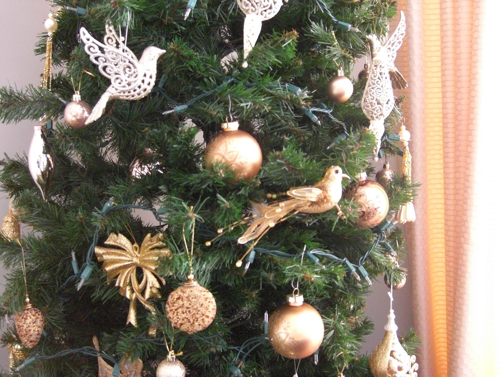 here is a closer look of the decorations in their 2nd christmas tree using golden birds balls and other beautiful golden trinkets