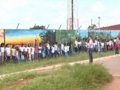 Pais e alunos protestam contra remoção de pinturas com críticas sociais de muro de escola do DF