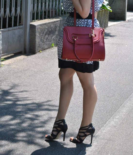 outfit borsa rossa come abbinare la borsa rossa abbinamenti borsa rossa borsa bauletto come abbinare la borsa bauletto mariafelicia magno fashion blogger blog di moda italiani blogger italiane di moda fashion blog italiani red bag how to wear red bag red bag outfit sandali intrecciati pelle nera sandali di pelle nera scarpe estate 2015 sandali estivi