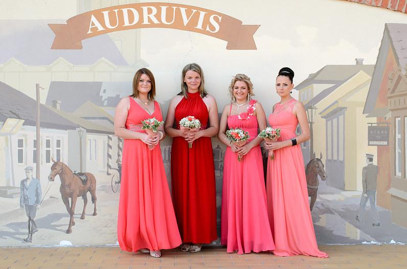 pamergės rožinėmis suknelėmis