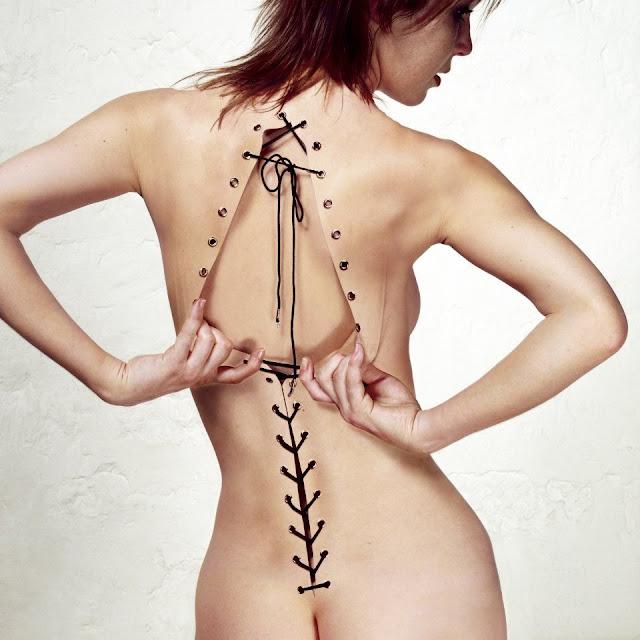 Kvinde med den nøgne hud som korset