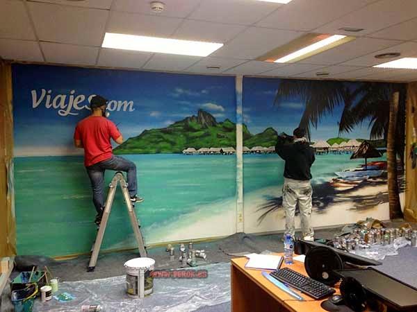 Berok y Ormo pintando las oficinas de Viajes.com