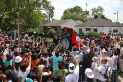 Fãs se concentram na frente da casa da família Jackson em Gary Dt_common_streams_StreamServer