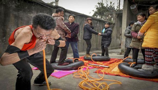 صيني ينفخ إطارات السيارات الأربعة بأنفه
