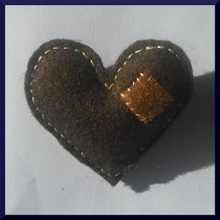broche corazón fieltro marrón