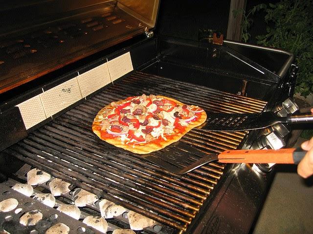 Street food cuisine du monde recette de pizza aux oignons frits tapenade fromage bleu - Pierre a pizza barbecue gaz ...
