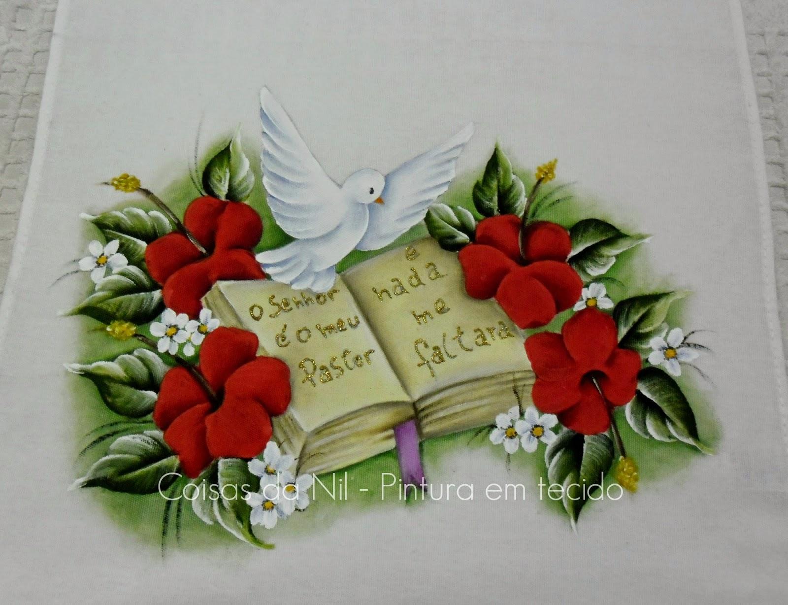 pintura em tecido com tema religioso da pomba do espirito santo, biblia, o salmo 23 e flores hibiscos