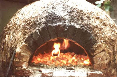 Cocina: horno de barro encendido