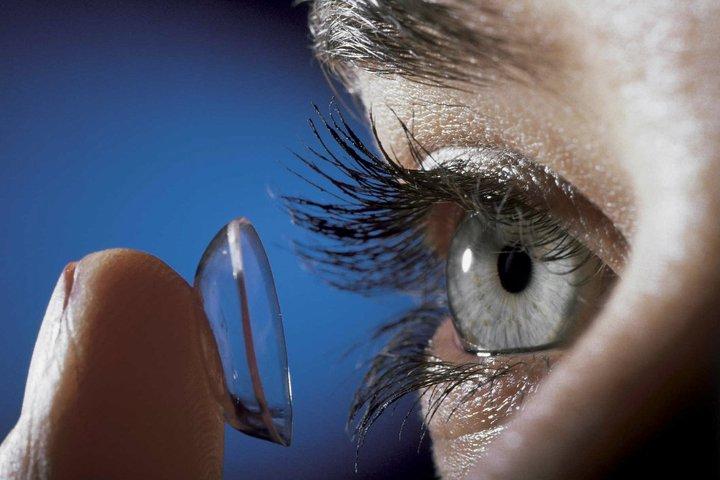 las lentes de contacto tambin conocidas como lentillas o pupilentes son unas lentes correctoras o cosmticas que se ponen en el ojo sobre