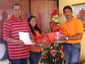 Rudis Liriano distribuye canastas navideñas, bonos y dinero en efectivo