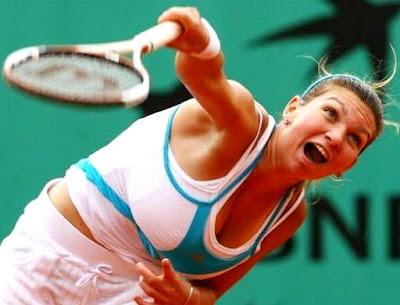 Simona Halep al tirar la pelota