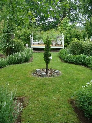 the simplicity of this green and white circle garden is so appealing - Garden Design Circles