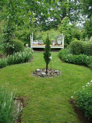the simplicity of this green and white circle garden is so appealing