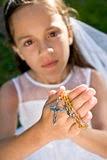 Un jour, vous comprendrez enfin toute l'importance du Rosaire  Mains-des-programmes-et-de-la-croix-de-rosaire-de-fixation-d-enfant-14244925