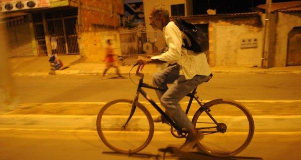 Aos 60 anos, pedreiro dribla as dificuldades e pedala 24km até uma escola