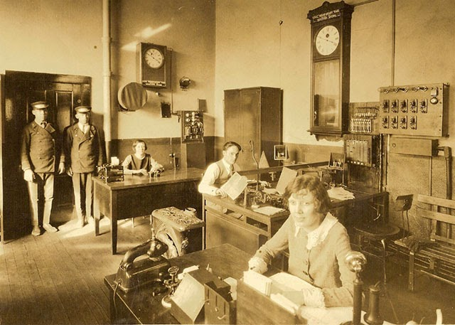 30 interesting photographs of old offices in the 1920s for Bureau western union