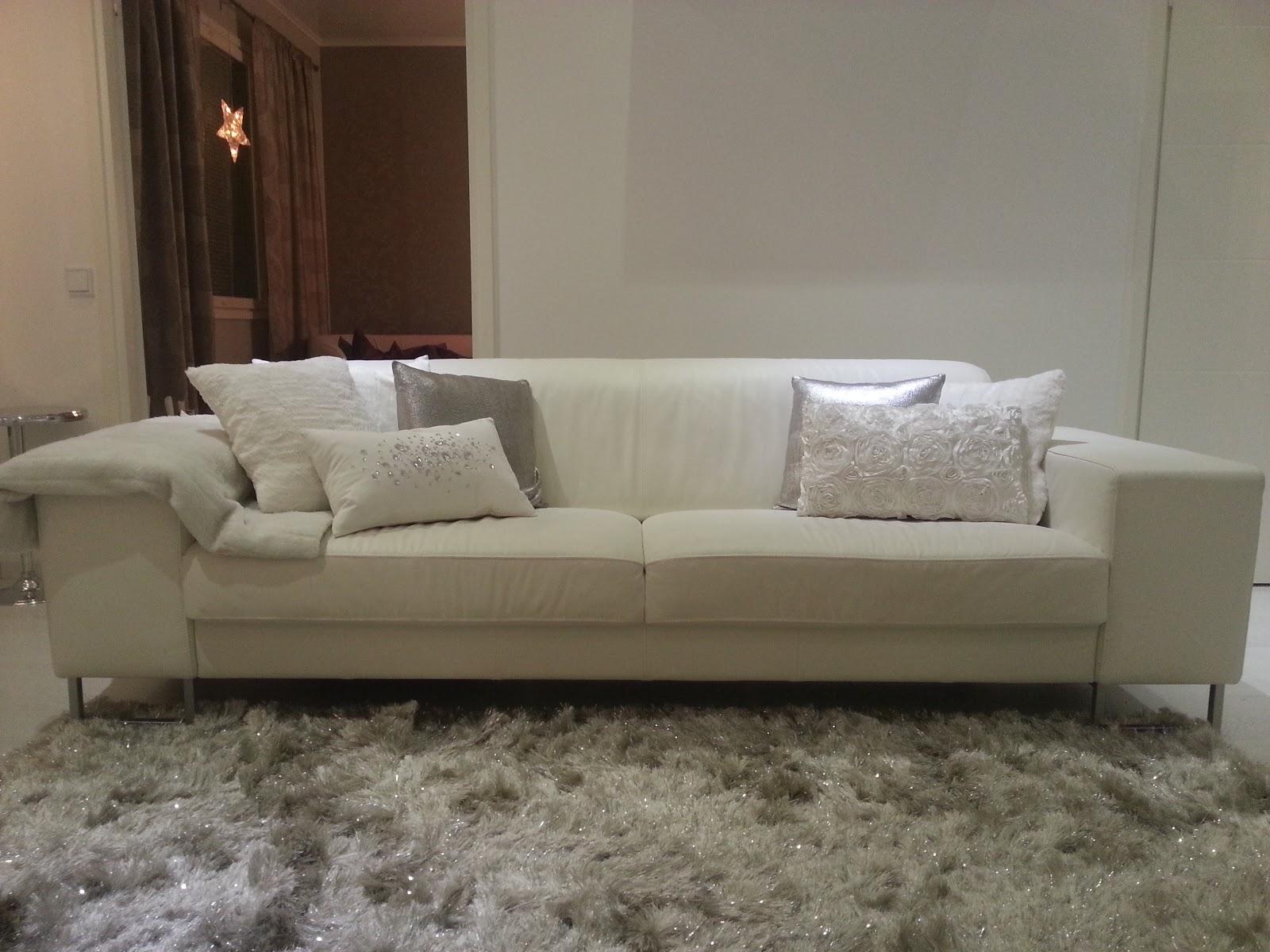 Olohuoneen Sohva : Maton oikea väri on vaalean hopea, vaikka välillä näyttää että ...
