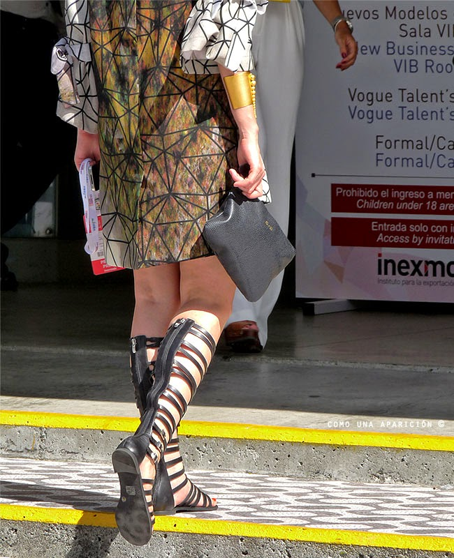 comounaaparicion-streetstyle-colombiamoda-2014-womenwearwear-accessories-gold-black-leather-clutch-patterns-gladiator-sandals-spring-summer