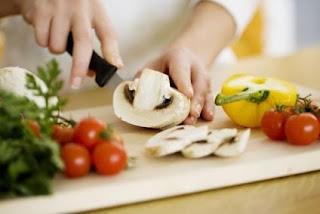 Cocinando: picando vegetales en una tabla