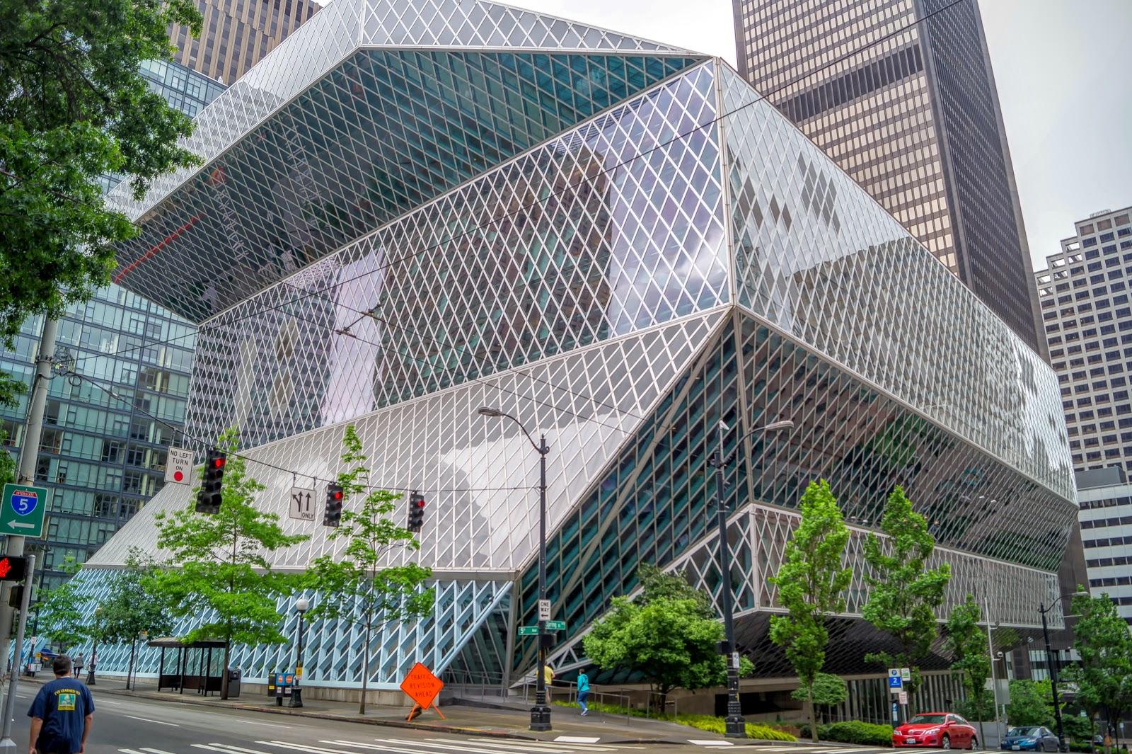 Прогулку по городу мы начали с городской библиотеки, построенной в 2004 году в современном стиле из стекла и бетона.