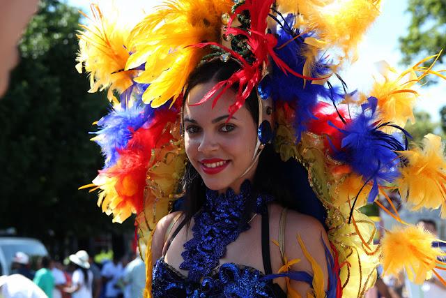 hermosa y sexy chica ecuatoriana  con un traje  con los colores de la  bandera ecuatoriana