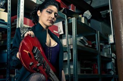 Foto Annie's Gitaris Cewek Death Metal Paling Seksi