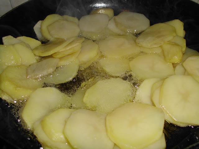 Ziemniaczki w talarkach, smażenie ziemniaków w talarkach, ziemniaki w talarkach z kotletem mielonym