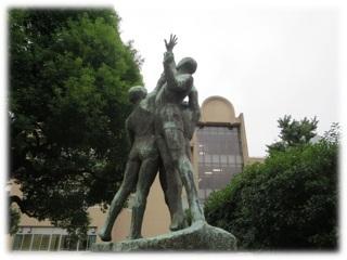 母校「日比谷」のシンボル「自由の天地」像