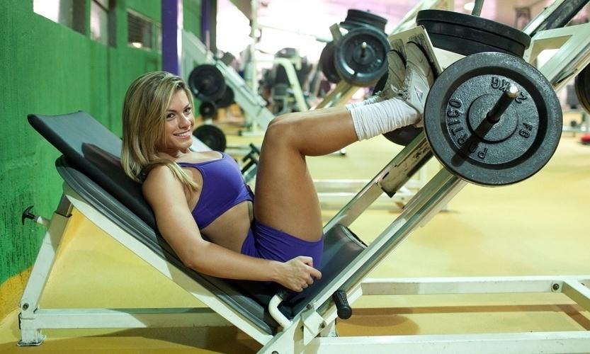 Babi Rossi no leg press 45º. Ela faz seis séries com dez repetições com carga que varia entre 140 a 240 quilos