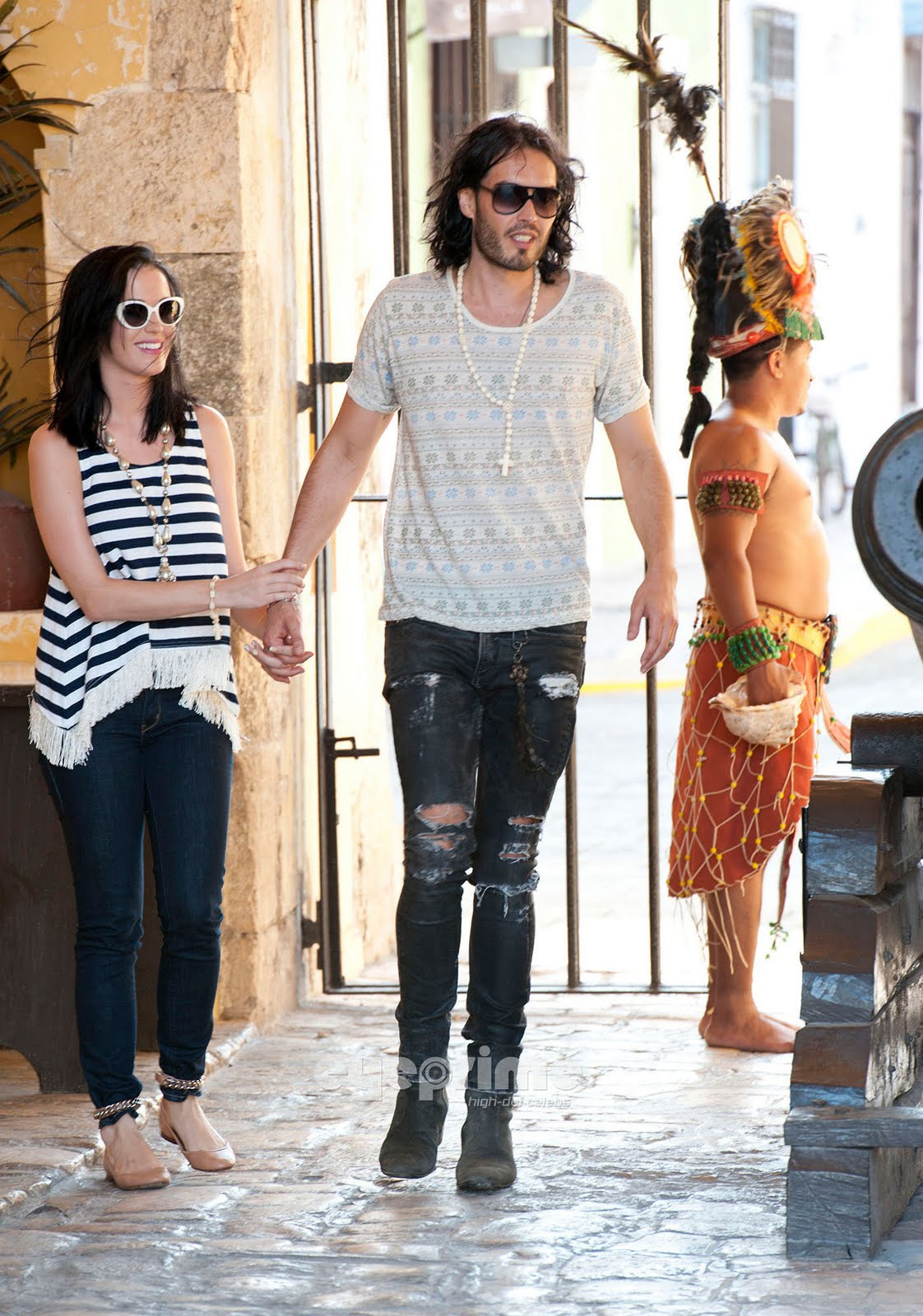 http://2.bp.blogspot.com/-QAeFv4zuTEs/TehB9oVqNjI/AAAAAAAACR8/AWWhQV3GzRk/s1600/Katy-Perry-Russell-Brand-Spend-Memorial-Day-in-Campeche-Mexico-May-29-katy-perry-22518547-1402-2000.jpg