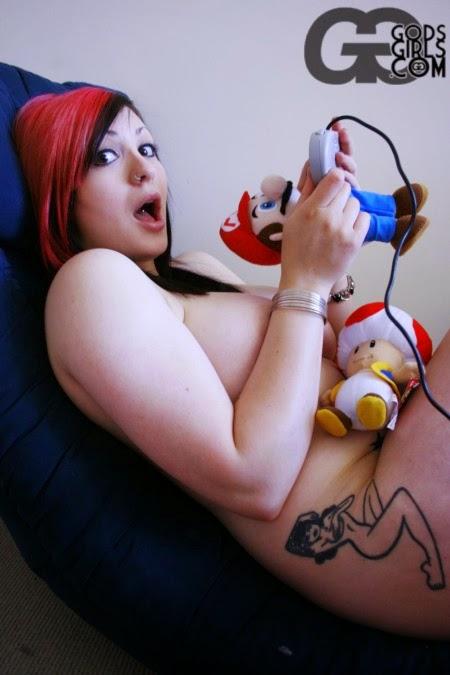 photo d'une Gameuse sexy avec une peluche de Mario