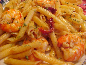 Penne aux crevettes, sauce aux tomates sches et aux deux vinaigres